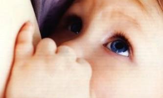 Чому дитина відригує після кожного годування?