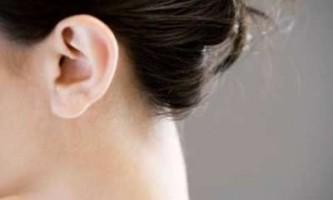 Причини появи і способи лікування прищів за вухами