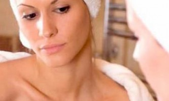Причини появи прищів на грудині у жінок